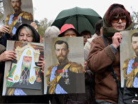Женщины с портретами Николая Второго на церемонии открытия памятника последнему императору России в Белграде