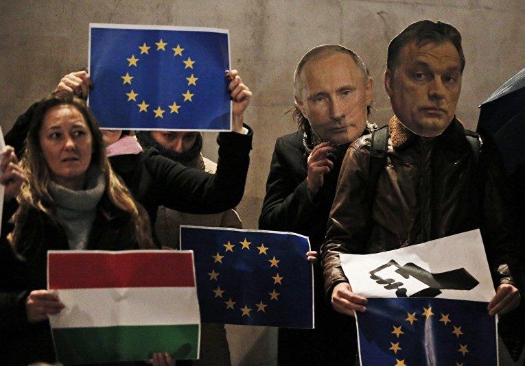 Демонстранты с потретами Владимира Путина и Виктора Орбана на акции протеста в Лондоне