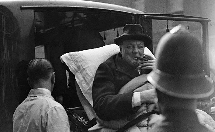 Уинстон Черчилль перемещается медицинскими работниками во время болезни