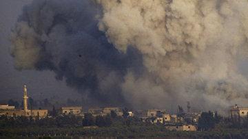 Дым во время боевых действий на юге Сирии