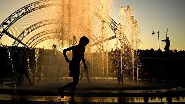 Дети играют в фонтане в Волгограде