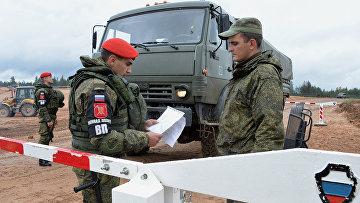 Военнослужащие на блок-посту во время учений  вооружённых сил России и Белоруссии на Лужском полигоне в Ленинградской области. 14 сентября 2017