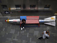 Скамейка в виде ракеты у американского магазина в Пекине