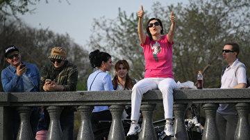 Посетители во время открытия 90-го летнего сезона в Парке культуры и отдыха им. М. Горького. 1 мая 2018