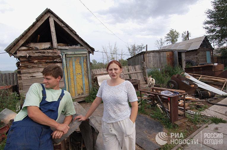 Шахтерская семья Роман и Наталья Масловы во дворе своего дома в  поселке Октябрьский Краснокаменского района Читинской области