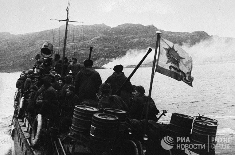 Освобождение Норвегии. 12-я бригада морской пехоты отправляется на катерах в район боевых действий