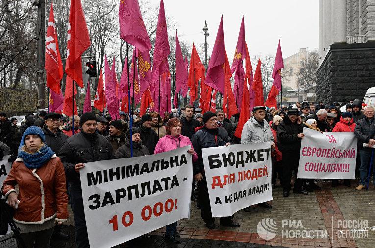 Участники акции протеста вышли к зданию Верховной рады Украины с требованием повышения заработной платы и пенсии. 1 декабря 2017