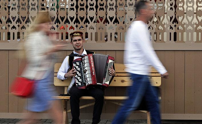Уличный музыкант в Казани
