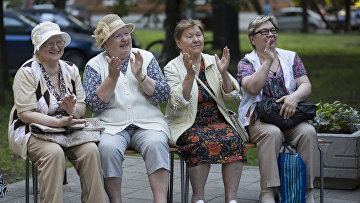 Пенсионеры аплодируют во время любительского концерта в Москве