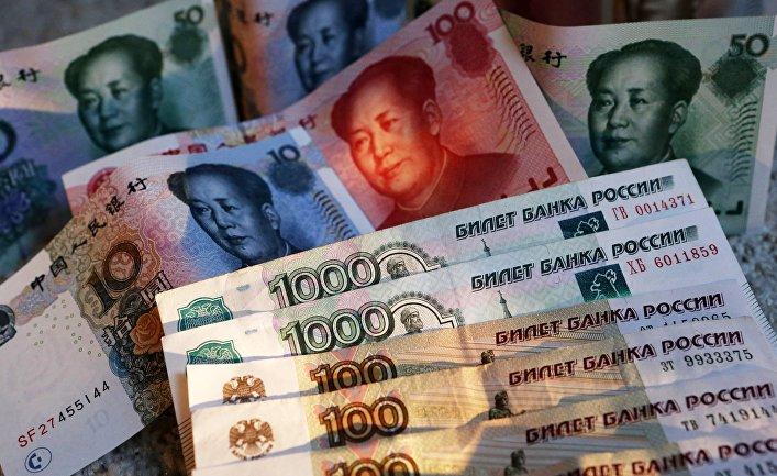 Китайские банкноты номиналом в 100, 50, 20, 10 и 5 юаней и российские 1000 и 100 рублевые купюры.