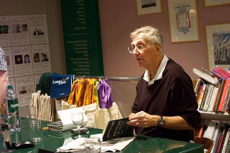 Журналист Сеймур Херш выступает в лондонском книжном магазине