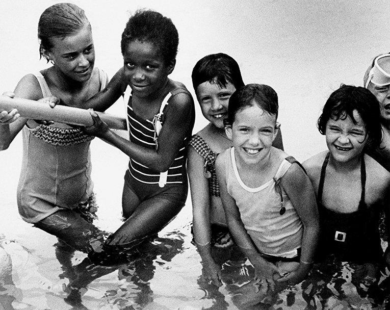 Дети в бассейне в Платтвилле, штат Висконсин, США
