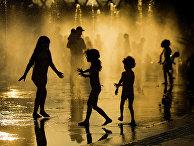 Дети играют в фонтане в Мадриде, Испания