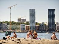 Люди купаются во время жары в Стокгольме, Швеция