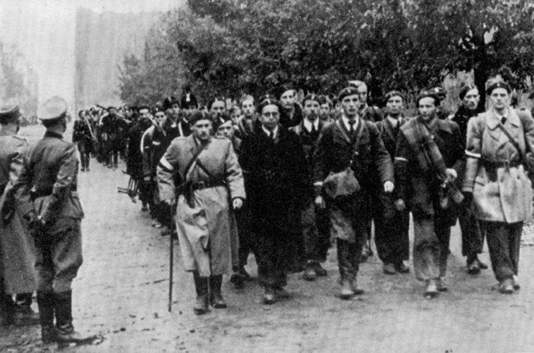 Сдача военнослужащих Армии Крайовой в Варшаве после Варшавского восстания