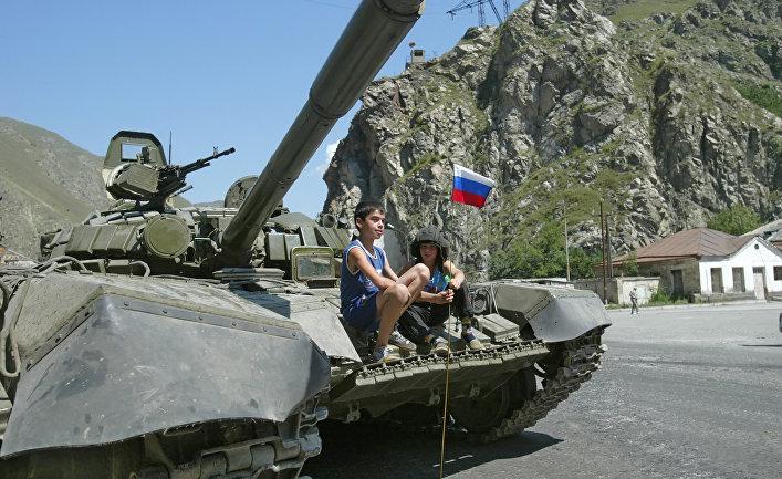 Российский танк в пригороде Цхинвали