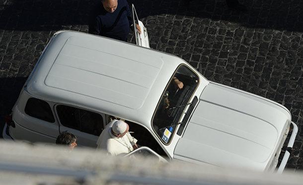 Папа Франциск садится в автомобиль на площади Святого Петра в Ватикане