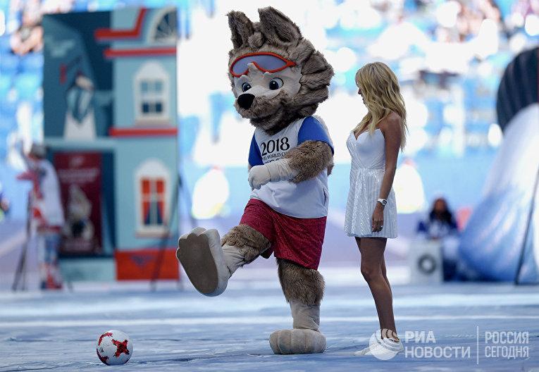 Официальный талисман ЧМ волк Забивака и телеведущая Виктория Лопырева