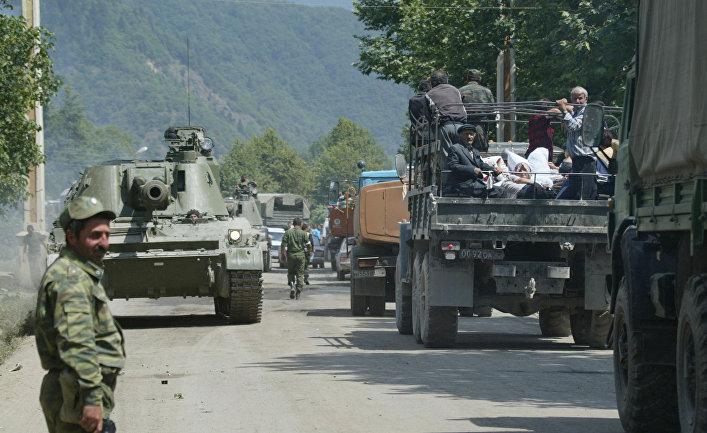 Российские военнослужащие направляются в сторону Цхинвали. 11 августа 2008