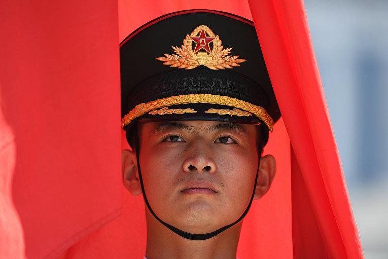 Китайский военный знаменосец в Пекине