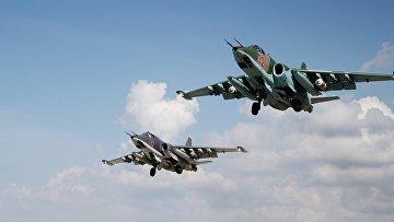 """Российские штурмовики Су-25 взлетают с авиабазы """"Хмеймим"""" в Сирии"""