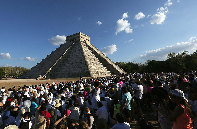 Празднование весеннего равноденствия у пирамиды Кукулкан в Мексике