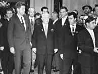 I-ый секретарь ЦК КПСС, Председатель Совета Министров СССР Н. С. Хрущев и президент США Д. Кеннеди в советском посольстве в Вене после окончания переговоров. 1961 год