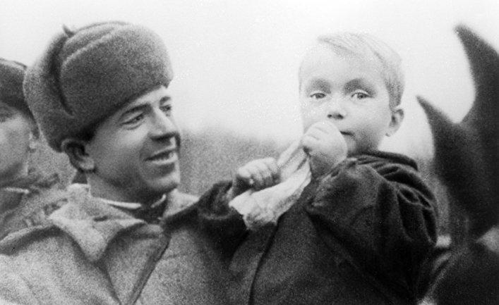 Боец Красной Армии и маленький житель Киркенеса. Освобождение Северной Норвегии. 1944 год. Карельский фронт.