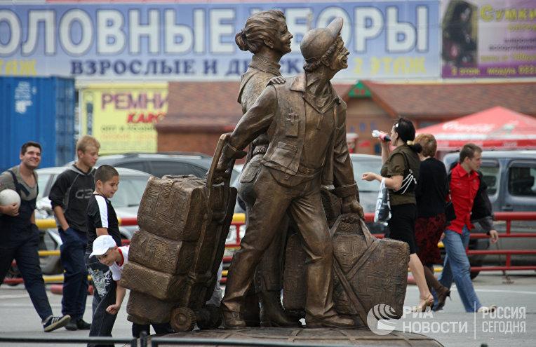 Памятник «челнокам» открылся в Екатеринбурге