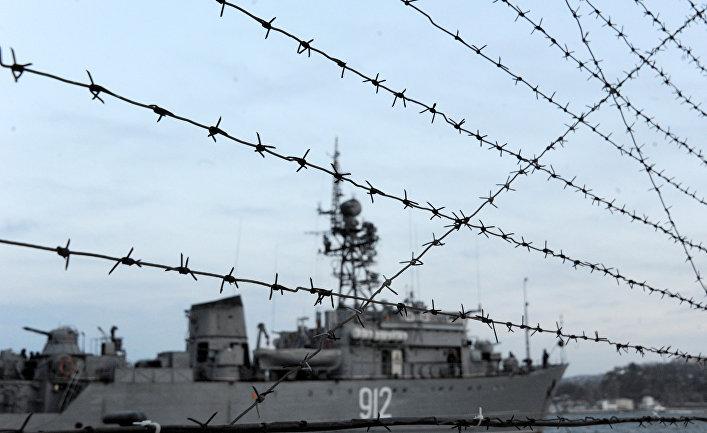 Военный корабль в порту Севастополя
