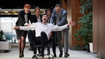 Сотрудники развлекаются в офисе