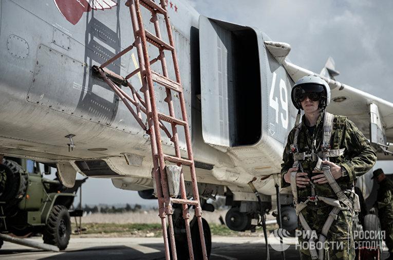 Пилот ВКС России садится во фронтовой бомбардировщик Су-24 на авиабазе «Хмеймим» в сирийской провинции Латакия