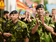 Главнокомандующий вооруженными силами Швеции Микаэль Бюден и другие военные на параде ЕвроПрайд в Стокгольме
