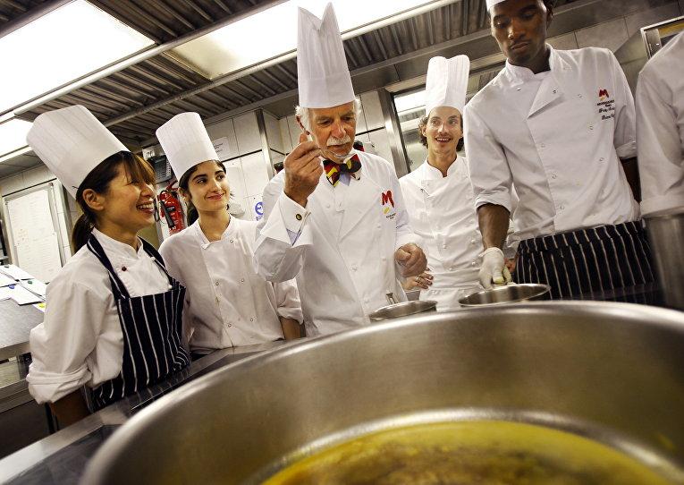 Сотрудники ресторана Mosimann's в Лондоне, Великобритания