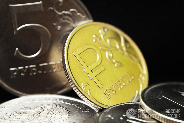 Монета номиналом один рубль с символикой Российского рубля