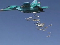 Бомбардировщик Су-34 ВКС РФ во время нанесения бомбовых авиаударов по объектам ИГ в Сирии