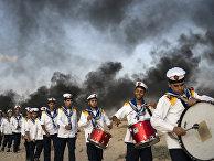 Марш палестинских бойскаутов во время протеста у границы с Израилем в Бейт-Лахии