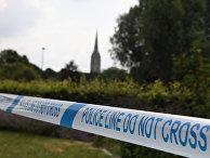 Шпиль Солсбериского собора на фоне полицейского оцепления в Солсбери