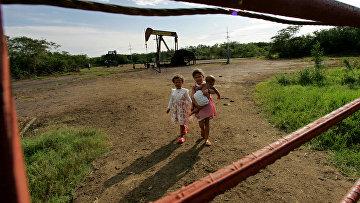 Добыча нефти на окраине города Маракайбо, Венесуэла