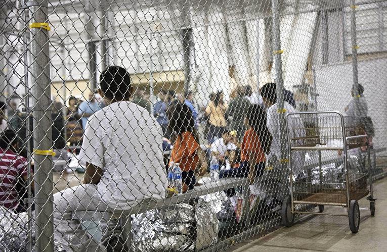 Мигранты, незаконно пересекшие границу США содержатся в Макаллене