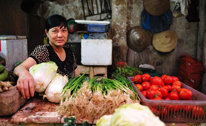 Продавщица овощей на рынке Донг Суан в Ханое