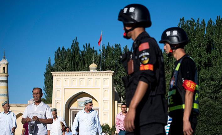 Мусульмане после утренней молитвы в городе Кашгара в Синьцзян-Уйгурском автономном районе Китая