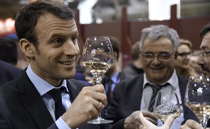 Эммануэль Макрон дегустирует вино на агропромышленноый ярмарке в Париже