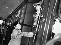 Премьер-министр Италии Бенито Муссолини прощается с нацистским генералом Германом Герингом в Риме