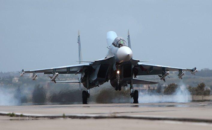 """Российский самолет Су-30 совершает посадку на авиабазе """"Хмеймим"""" в Сирии"""