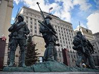 Скульптурная композиция у здания Министерства обороны России в Москве