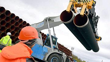 """Трубы для строительства газопровода """"Северный поток 2"""" недалеко от порта Мукран, Германия"""