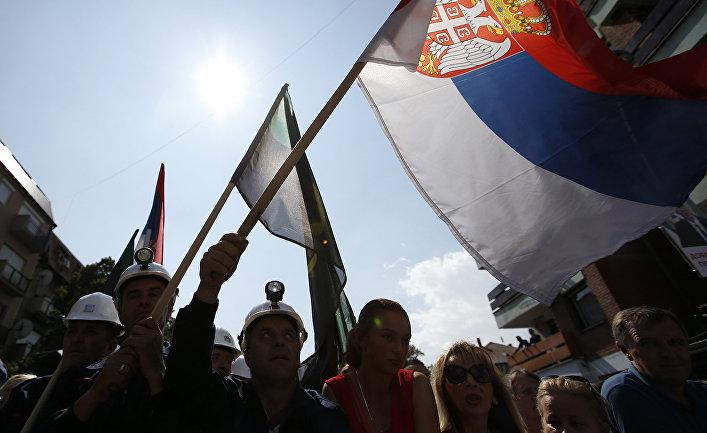 Косовские сербы во время акции в поддержку президента Сербии Александра Вучича