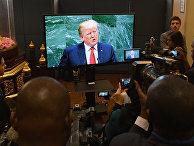 Журналисты смотрят трансляцию выступления президента США Дональда Трампа на Генеральной ассамблее ООН в Нью-Йорке