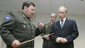 Владимир Путин осматривает макет здания ГРУ